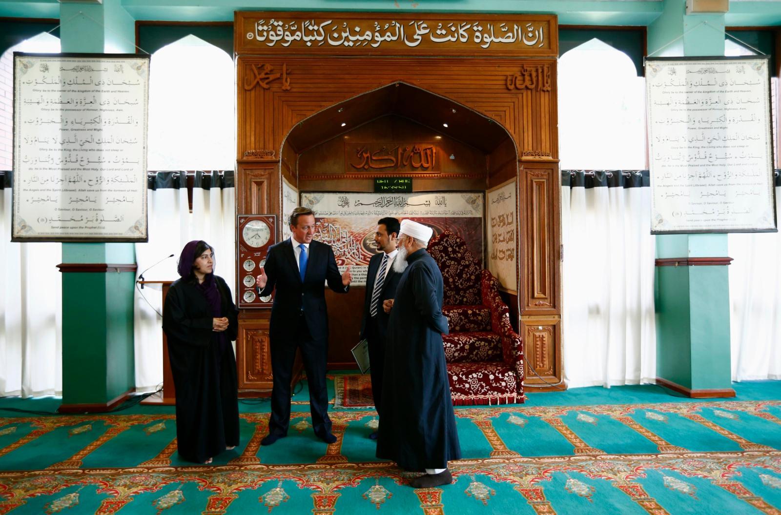 David Cameron na návštěvě v mešitě, kde vyjádřil sympatie k islámu.